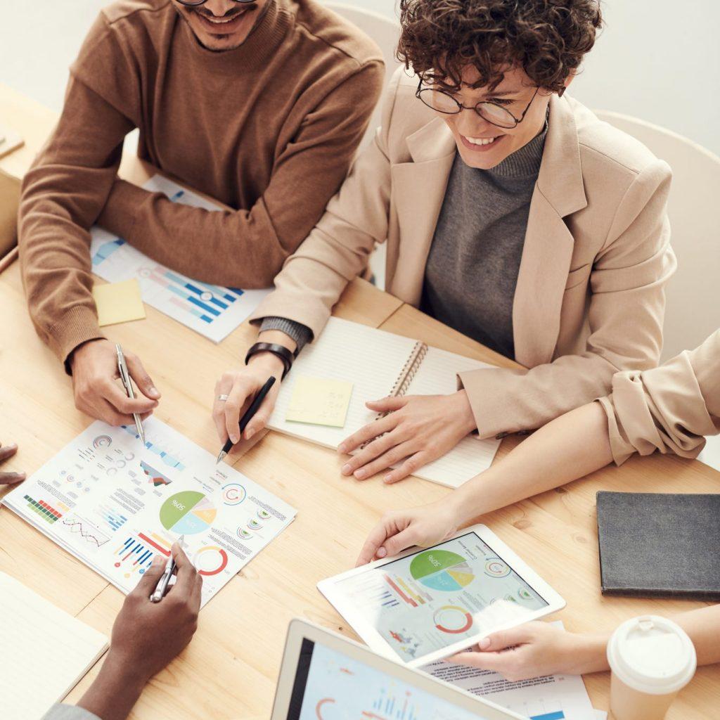 Grupo de pessoas em reunião