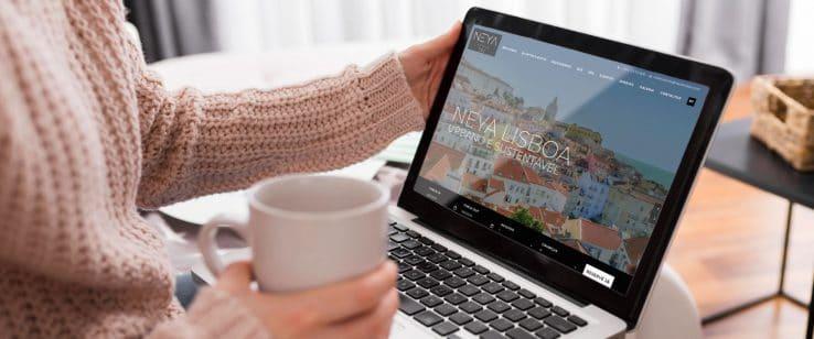 mulher a fazer reserva no website do heya hotel